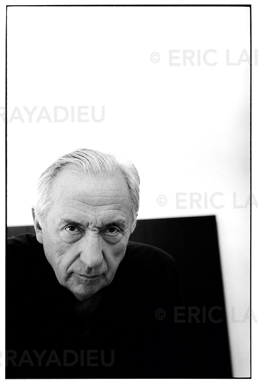 Pierre Soulages, peintre, artiste, dans son atelier &agrave; S&egrave;te, en 1992. <br /> Pierre Soulages (born December 24, 1919) is a French painter, engraver and sculptor.