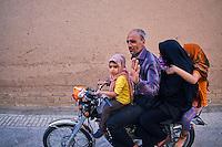Iran, province de Yazd, Yazd, famille iranienne // Iran, Yazd province, Yazd, iranian family