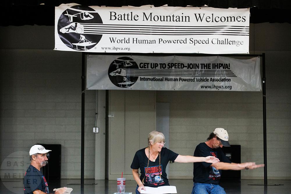 De meeting voorafgaand aan de races. In Battle Mountain (Nevada) wordt ieder jaar de World Human Powered Speed Challenge gehouden. Tijdens deze wedstrijd wordt geprobeerd zo hard mogelijk te fietsen op pure menskracht. De deelnemers bestaan zowel uit teams van universiteiten als uit hobbyisten. Met de gestroomlijnde fietsen willen ze laten zien wat mogelijk is met menskracht.<br /> <br /> In Battle Mountain (Nevada) each year the World Human Powered Speed Challenge is held. During this race they try to ride on pure manpower as hard as possible.The participants consist of both teams from universities and from hobbyists. With the sleek bikes they want to show what is possible with human power.