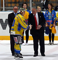 Ishockey , Get - ligaen <br /> 04.04.08 2008 NM Finale 6 av 7 <br /> Hamar OL-Amfi<br /> Storhamar  Dragons  v  Frisk  Asker<br /> <br /> Foto:Dagfinn Limoseth  -  Digitalsport<br /> <br /> Pål Johnsen , Storhamar fikk kongepokalen av Ole Jacob Libæk ,President i Norges Ishockeyforbund