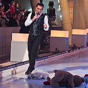 NLD/Hilversum/20110204 - 2e Liveshow Sterren Dansen op het IJs 2011, Gerard Joling met alle toegegooide knuffels op het ijs