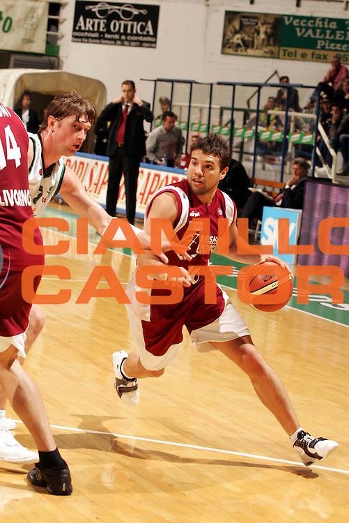 DESCRIZIONE : Siena Lega A1 2005-06 Montepaschi Siena Basket Livorno <br /> GIOCATORE : Porta <br /> SQUADRA : Basket Livorno <br /> EVENTO : Campionato Lega A1 2005-2006 <br /> GARA : Montepaschi Siena Basket Livorno  <br /> DATA : 23/04/2006 <br /> CATEGORIA : Penetrazione <br /> SPORT : Pallacanestro <br /> AUTORE : Agenzia Ciamillo-Castoria/P.Lazzeroni
