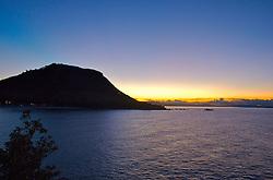 A praia de Mount Maunganui tem esse nome devido ao monte, com altitude de 400 metros, que divide a região em duas penínsulas. Ilhas próximas ao monte fornecem belas visões do local. FOTO: Lucas Uebel/Preview.com