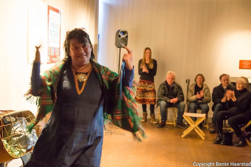 Utstillingen Rajden g&aring;r &ndash; I renens fotsp&aring;r d&aring; och nu, ble &aring;pnet av Britt Sparrock fra Valsj&ouml;byn. Britt Sparrock er sametingspolitiker, ambassad&oslash;r for s&oslash;rsamisk spr&aring;k, og samisk samordnare i &Ouml;stersunds kommune. Utstillingen er en utstilling om samisk reindrift, vises ved Jamtli museum i &Oslash;stersund fra 30. oktober 2016 til 12. mars 2017.<br /> En utst&auml;llning om de rensk&ouml;tande samernas v&auml;rld. M&ouml;t en traditionell rajd och blicka samtidigt in i hur rensk&ouml;tseln sk&ouml;ts i modern tid. Rajden g&aring;r &auml;r en interaktiv utst&auml;llning som f&ouml;rmedlar kunskap om de rensk&ouml;tande samernas historia. H&auml;r f&aring;r bes&ouml;karen m&ouml;ta en traditionell rajd - ett t&aring;g av renar - fr&aring;n den tid d&aring; samerna anv&auml;nde sig av renen f&ouml;r att f&ouml;rflytta sig mellan sommar- och vinterboplatserna.Utst&auml;llningen erbjuder en hel v&auml;rld av renar, ackjor, k&aring;tor och f&ouml;rem&aring;l. <br /> Arrang&ouml;r: Jamtli i samarbete med Samesl&ouml;jdsstiftelsen.