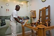 VERENIGDE STATEN-ANGOLA-De Louisiana State Prison. Gevangene Edrick Jenkins (47) houdt het gevangenismuseum schoon. Ook de electrische stoel die daar tentoongesteld staat. Jenkins zit al 24 jaar vast in Angola. Hij zit een straf uit van 60 jaar voor een gewapende inbraak. COPYRIGHT GERRIT DE HEUS, UNITED STATES-ANGOLA-Louisiana State Penitentiary. Angola Prison.  Photo: Gerrit de Heus