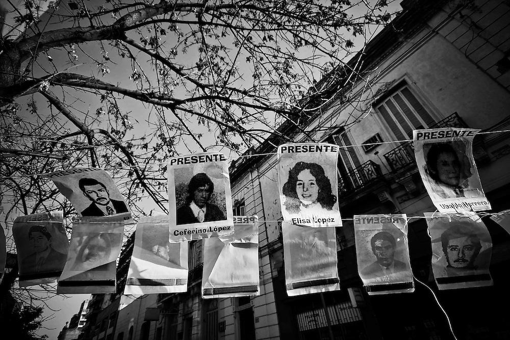 Tucum&aacute;n. Argentina. Julio 08 / 2010<br /> Carteles con los rostros de desaparecidos en las afueras del Tribunal Oral de la provincia, el &uacute;ltimo d&iacute;a del juicio por violaciones a los derechos humanos cometidos en la ex Jefatura de Polic&iacute;a, en el cual son condenados Luciano Benjam&iacute;n Men&eacute;ndez, Roberto &ldquo;El Tuerto&rdquo; Albornoz, Luis y Carlos De C&aacute;ndido.