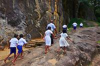 Sri Lanka, province de l'Uva, Buduruwagala, statue de Bouddha sculptée dans la roche, ecoliers en visite // Sri Lanka, Ceylon, Central Province, Buduruwagala, Buddhist Rock Temple, Buddhist statues carved in a rock as rock relief, school children