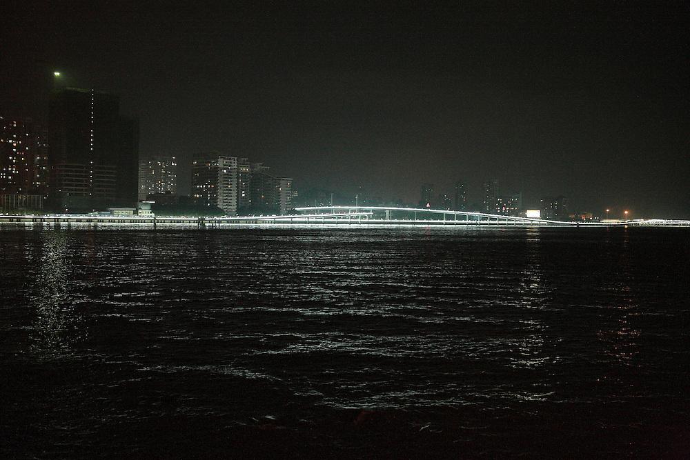 En face la ville trépidante de Xiamen la moderne