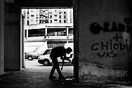 Napoli, Italia - 5 luglio 2010. I carabinieri del Comando provinciale di Napoli (nella foto mentre cercanno droga nascosta nei muri) hanno arrestato 28 persone affiliate ai clan camorristici Bianco e Iadonisi.  Nel corso di indagini coordinate dalla Direzione Distrettuale Antimafia partenopea, i militari dell'Arma hanno documentato un vasto traffico di cocaina proveniente dalla Colombia che attraverso la Spagna veniva portata in Italia e spacciata a Napoli. <br /> Ph. Roberto Salomone Ag. Controluce <br /> ITALY - Carabinieri (in the picture as they search for hidden drug) operation against camorra mafia organisation lead to the arrest of 28 people on July 5, 2010.
