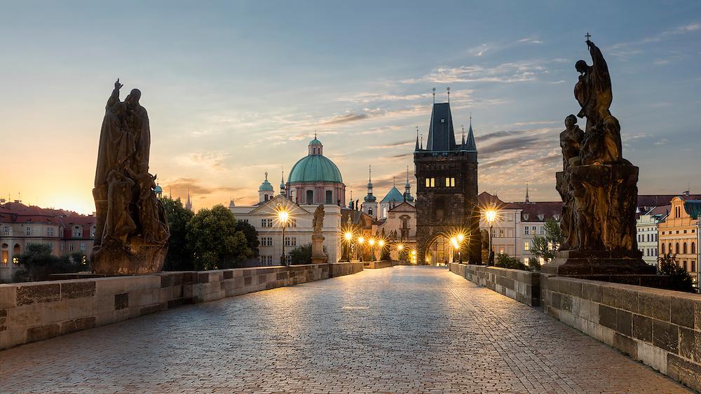 Statuen auf der Karlsbrücke in Prag bei Sonnenaufgang