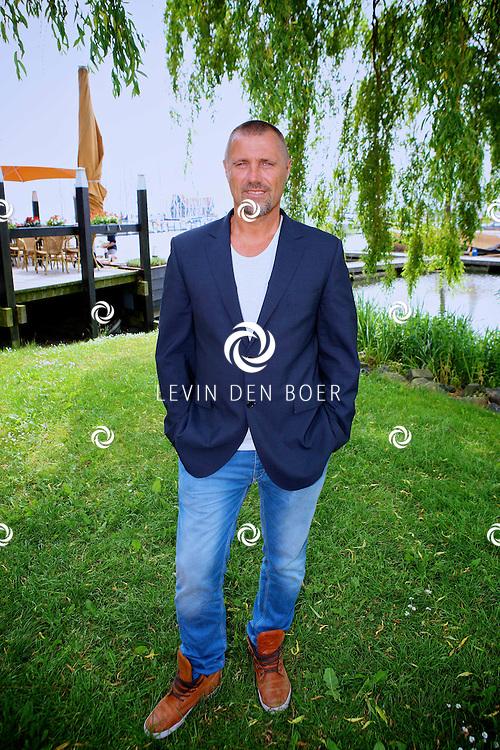 VOLENDAM - Dinsdag 29 mei zal 100procent NL Magazine de Cover onthullen, met als thema -Het EK Voetbal-.  Met op de foto voetbaltrainer John de Wolf. FOTO LEVIN DEN BOER - PERSFOTO.NU