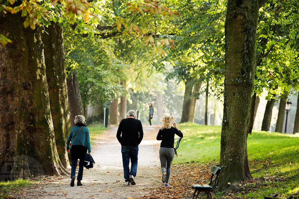 In Utrecht genieten mensen van de mooie nazomerse dag.<br /> <br /> In Utrecht people enjoy a nice day in the autumn.