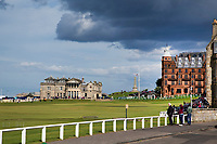 ST. ANDREWS -Schotland-GOLF. Clubhuis R&A (Royal and Ancient Golf Club of St. Andrews) aan  Old Course met de beroemde The Swilcan Bridge, or Swilcan Burn Bridge. COPYRIGHT KOEN SUYK