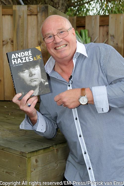 Boekpresentatie Andre Hazes en ik, de biografie over Andre Hazes door oud-manager en -bodyguard Jos van Zoelen in Andr&eacute;s vroegere stamkroeg De Plashoeve - Vinkeveen.<br /> <br /> Op de foto:  Jos van Zoelen met zijn boek
