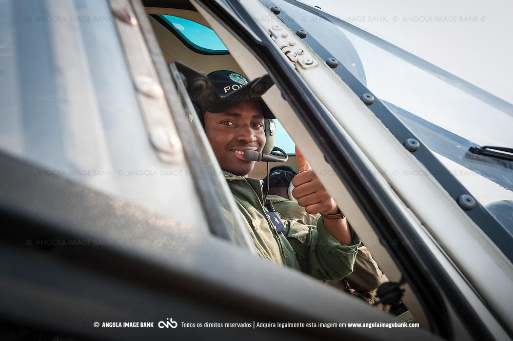 Piloto de helicóptero da Polícia Nacional Angolana na placa do Aeroporto 4 de Fevereiro em Luanda