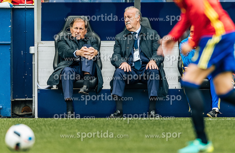 01.06.2016, Red Bull Arena, Salzburg, AUT, Testspiel, Spanien vs Suedkorea, im Bild v.l.: Co Trainer Toni Grande und Trainer Vicente del Bosque (ESP) // f.l.: Assistent Coach Toni Grande and Coach Vicente del Bosque of Spain during the International Friendly Match between Spain and South Korea at the Red Bull Arena in Salzburg, Austria on 2016/06/01. EXPA Pictures © 2016, PhotoCredit: EXPA/ JFK
