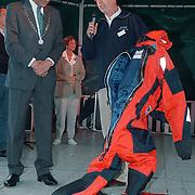 Huizer Havendag 1999, overhandiging nieuwe pakken reddingsbrigade door Verdier