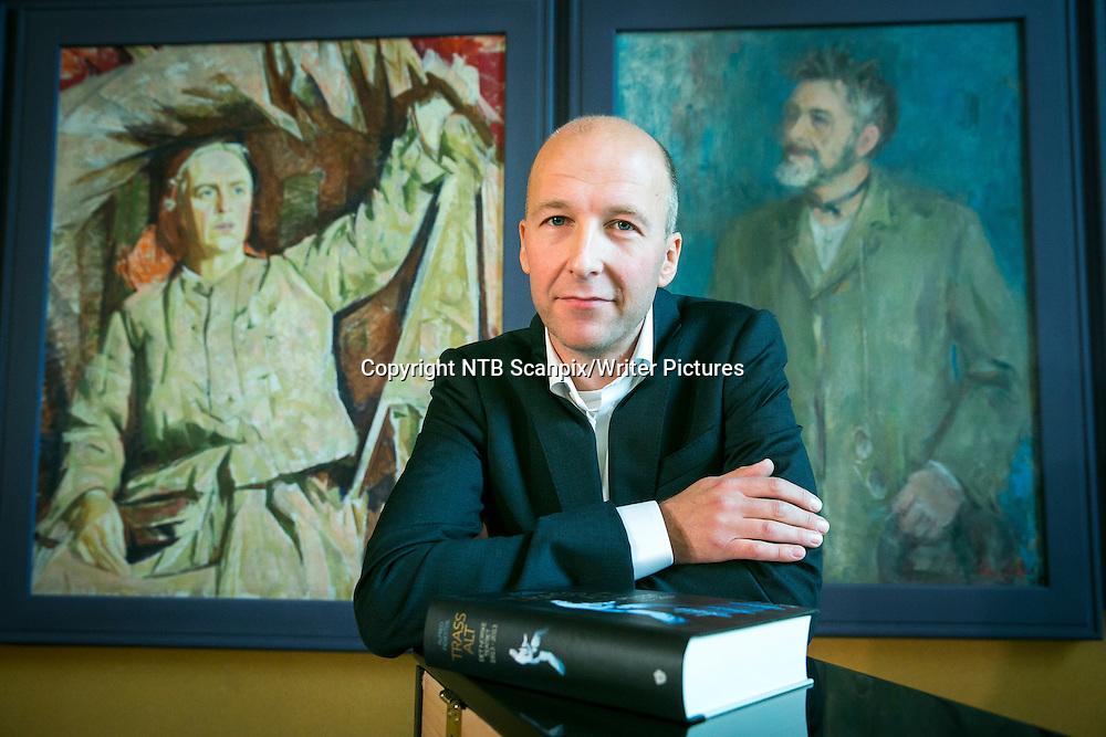 OSLO  20131003.<br /> Journalist og forfatter Alfred Fidjest&macr;l har skrevet den 800 sider lange boken Trass alt. Det norske teatret 1913-2013. En bok i anledning Det Norske Teatrets 100-&Acirc;rsjubileum. <br /> Foto: Heiko Junge / NTB scanpix<br /> <br /> NTB Scanpix/Writer Pictures<br /> <br /> WORLD RIGHTS, DIRECT SALES ONLY, NO AGENCY
