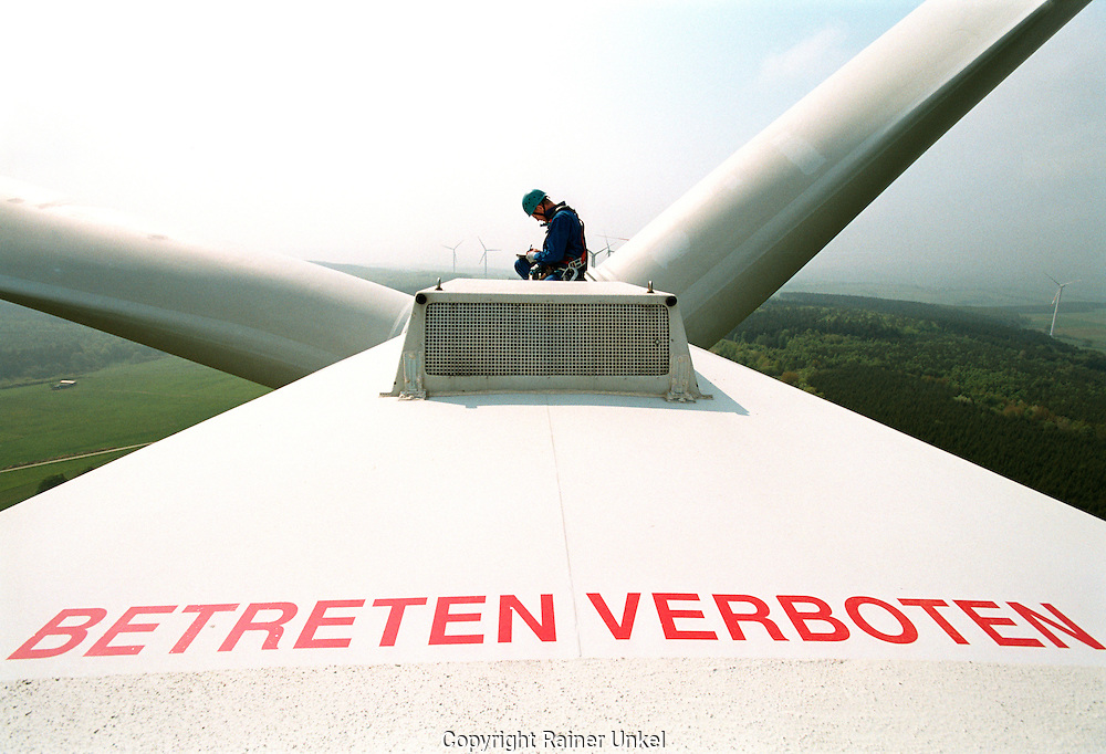 DEUTSCHLAND : Ein Techniker der Abo-Wind AG wartet ein Windrad / Windmuehle im Windpark Berglicht.   GERMANY : A technician of Abo-Wind AG maintaining a windmill in the windpark Berglicht.   10.05.2006.   Copyright by : Rainer UNKEL , Tel.: (0)228/477211, Fax: (0)228/477212