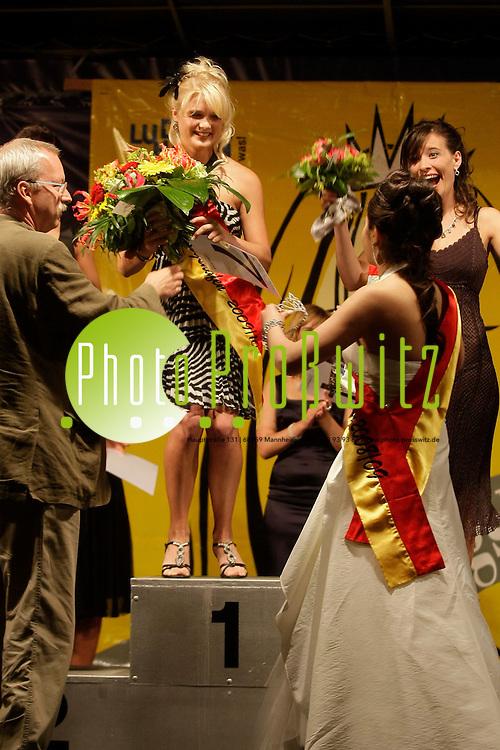 Ludwigshafen. Ebert Park. Parkfest. Wahl zur Miss Ludwigshafen 2009. Aus den 8 Kandidatinnen schaff mit der Startnummer 7 Marie-Claire Wagner den Sprung aufs Siegert&permil;ppchen.<br /> Auf dem zweiten Platz landet Jennifer Schneider (8) und Platz Drei hat Britta Ohnesorg inne.<br /> <br /> <br /> <br /> Bild: Markus Proflwitz / masterpress /  <br /> <br /> ++++ Archivbilder und weitere Motive finden Sie auch in unserem OnlineArchiv. www.masterpress.org oder &cedil;ber das Metropolregion Rhein-Neckar Bildportal   ++++
