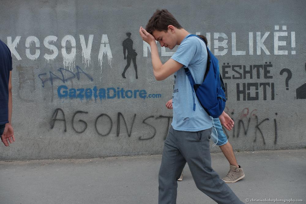 Strassenszene aus Pristina. Gegen 70% der Jugendlichen im Kosovo sind Arbeitslos, viele davon sind Universitätsabgänger.