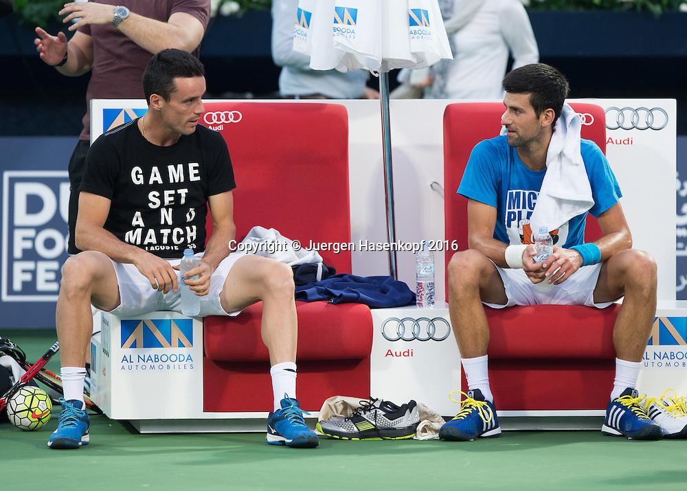 Novak Djokovic und Roberto Bautista-Agut unterhalten sich  auf der Bank nach dem Training, <br /> <br /> Tennis - Dubai Duty Free Tennis Championships - ATP -   - Dubai -  - United Arab Emirates  - 21 February 2016. <br /> &copy; Juergen Hasenkopf