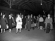 21/04/1960<br /> 04/21/1960<br /> 21 April 1960<br /> Cork - Dublin bomb scare train arrives. Passangers arriving at Kingsbridge Station (Heuston Station), Dublin, from the 3.15pm train from Cork at 11.35pm after the bomb scare delay at Kilmallock.