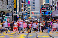 Chine, Hong Kong, Hong Kong Island, Des Voeux Road Central // China, Hong-Kong, Hong Kong Island, Des Voeux Road Central, busy crossing