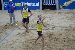 16-08-2014 NED: NK Beachvolleybal 2014, Scheveningen<br /> Lijnrechter in discussie met speler Bart Bolsterlee (1), Timko Lokerse (2), scheidsrechter beslissing
