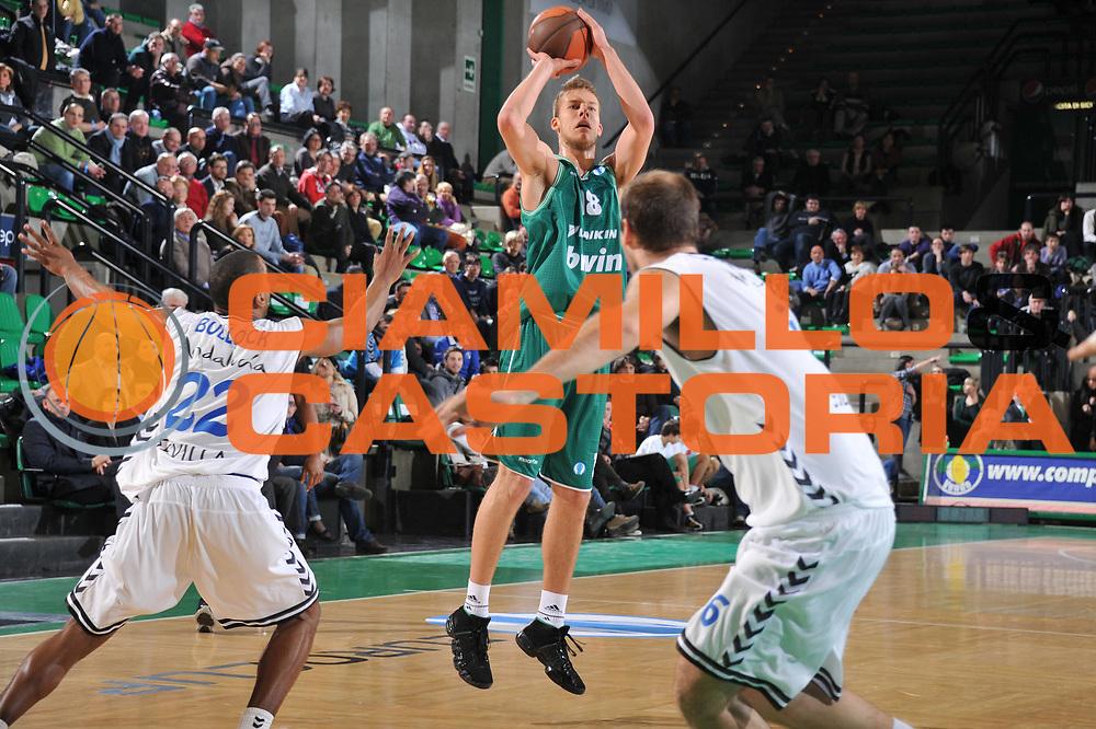 DESCRIZIONE : Treviso Lega A 2010-11 Eurocup Qualifyng Round BWIN Benetton Treviso Cajasol Sevilla<br /> GIOCATORE : Jakub Wojciechowski<br /> SQUADRA : BWIN Benetton Treviso Cajasol Sevilla<br /> EVENTO : Campionato Lega A 2010-2011 <br /> GARA : BWIN Benetton Treviso Cajasol Sevilla<br /> DATA : 01/03/2011<br /> CATEGORIA : Tiro Three Points<br /> SPORT : Pallacanestro <br /> AUTORE : Agenzia Ciamillo-Castoria/M.Gregolin<br /> Galleria : Lega Basket A 2010-2011 <br /> Fotonotizia : Treviso Lega A 2010-11 Eurocup Qualifyng Round BWIN Benetton Treviso Cajasol Sevilla<br /> Predefinita :