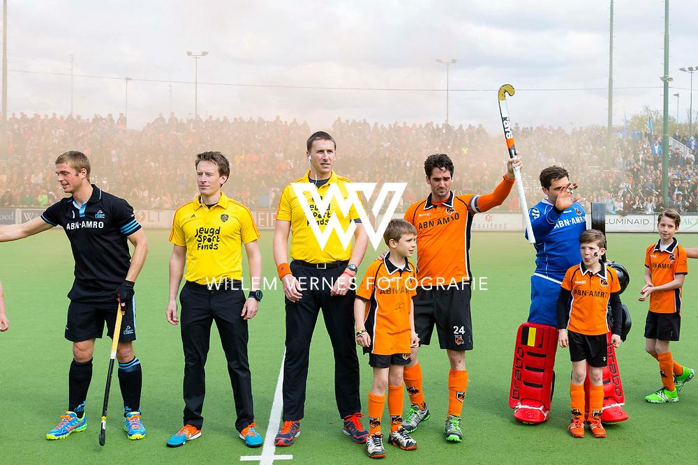 Eindhoven - OZ - HGC Heren, Hoofdklasse Hockey Heren, Seizoen 2015-2016, 30-04-2016, OZ - HGC, spelers stellen zich voor met scheidsrechters Bart de Liefde en Jonas van 't Hek en rechts Robert van der Horst en links Floris van der Linden.