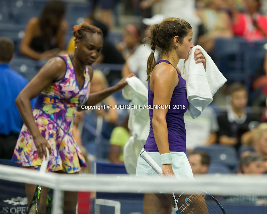 JULIA GOERGES (GER) geht an CVenus Willams vorbei beim Seitenwechsel,<br /> <br /> Tennis - US Open 2016 - Grand Slam ITF / ATP / WTA -  USTA Billie Jean King National Tennis Center - New York - New York - USA  - 1 September 2016.