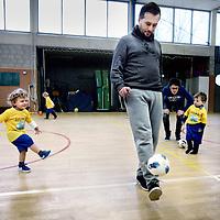 Nederland, Amsterdam , 30 maart 2013.<br /> voetballes voor 2 en 3 jarige kinderen op de 2e Daltonschool in Amsterdam Zuid.<br /> Football lesson for 2 - and 3-year-old children in a gymnasium in Amsterdam