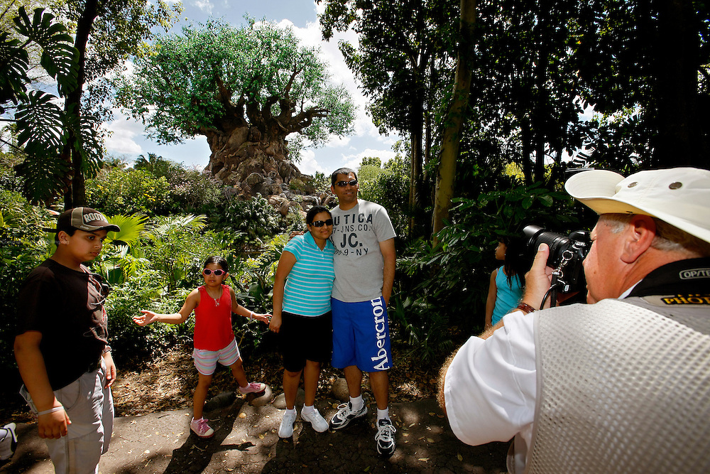 Orlando, Florida, USA, 20090324:   The Disney Animal World in Orlando. A visiting family portayed in front of the Magic Tree by one of Disney's photographers. Photo: Orjan F. Ellingvag/ Dagbladet/ Corbis