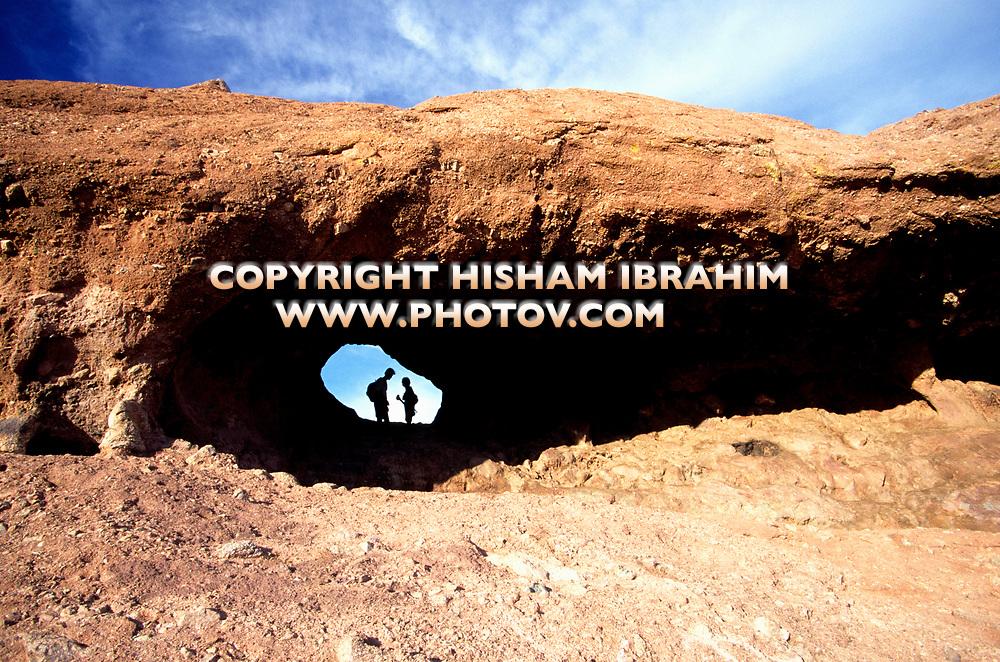 Couple hiking in Papago Park Hole-in-the-Rock, Phoenix, Arizona, USA