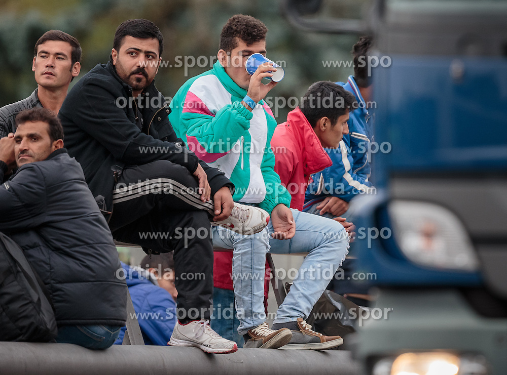 25.09.2015, Grenzübergang, Salzburg, AUT, Fluechtlingskrise in der EU, im Bild Flüchtlinge an der Grenze zu Deutschland warten // Migrants on the German Border waiting. Thousands of refugees fleeing violence and persecution in their own countries continue to make their way toward the EU, border crossing, Salzburg, Austria on 2015/09/25. EXPA Pictures © 2015, PhotoCredit: EXPA/ JFK
