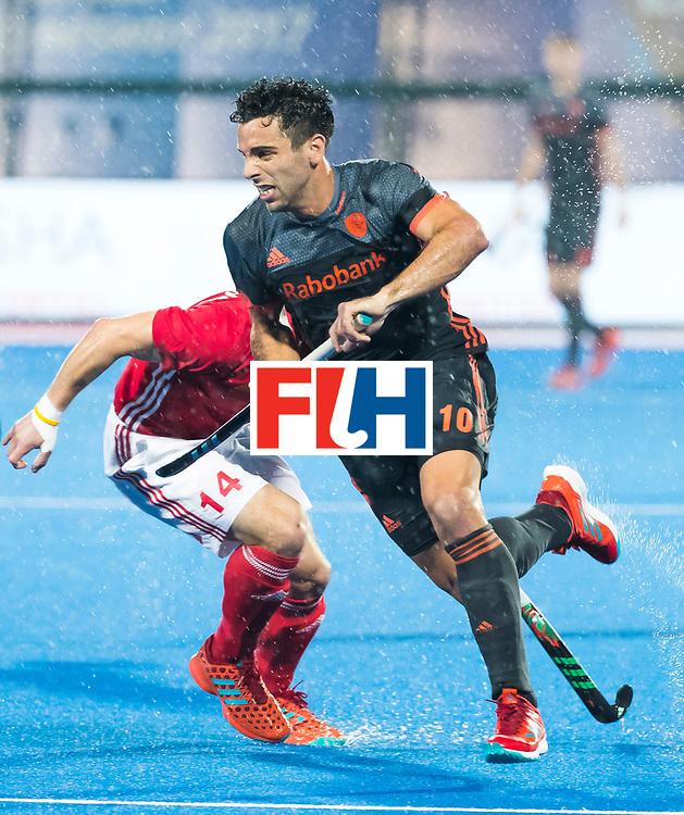 BHUBANESWAR -  Valentin Verga (Ned) in duel met Mark Gleghorne (Eng) tijdens de Hockey World League Finals , de wedstrijd om de 7e plaats, Engeland-Nederland (0-1).   COPYRIGHT KOEN SUYK