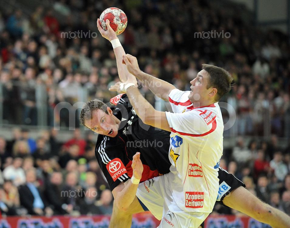 Handball Vorbereitungsspiel EURO 2010 Oesterreich - Deutschland 05.01.2010 Holger Glandorf (GER vorne) gegen Vytautas Ziura (AUT)