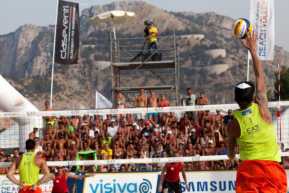 Finale per il 1° posto tra le coppie Matteo Martino - Paolo Ingrosso e Matteo Cecchini - Davide Dal Molin che si fronteggiano sulla spiaggia di Mondello.