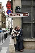 Frankrijk, Parijs, 28-3-2010Twee vrouwen bestuderen de kaart in het centrum van de stad.Foto: Flip Franssen/Hollandse Hoogte