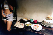 Jeune cubaine dans sa cuisine de la vieille Havane..LA HAVANE, CUBA 1998..mention obligatoire: photographie Olivia GAY