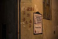 Un muro del paese segnato dalle mani dei Battenti