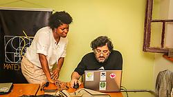PORTO ALEGRE, RS, BRASIL, 21-01-2017, 12h21'13&quot;:  Desiree dos Santos, 32, discute um projeto com o f&iacute;sico e programador Vlademir PIana de Castro, 53, no espa&ccedil;o Matehackers Hackerspace, da Associa&ccedil;&atilde;o Cultural Vila Flores, no bairro Floresta da capital ga&uacute;cha. A  Consultora de Desenvolvimento de Software na empresa ThoughtWorks fala sobre as dificuldades enfrentadas por mulheres negras no mercado de trabalho.<br /> (Foto: Gustavo Roth / Ag&ecirc;ncia Preview) &copy; 21JAN17 Ag&ecirc;ncia Preview - Banco de Imagens