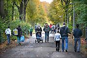 Nederland, the Netherlands, Nijmegen, 25-10-2015 Kamp, tentenkamp Heumensoord, de tijdelijke noodopvang, azc, van het COA. Plaats voor 3000 asielzoekers. Een mooie herfstdag vlak buiten het kamp. Mensen maken een wandeling. FOTO: FLIP FRANSSEN