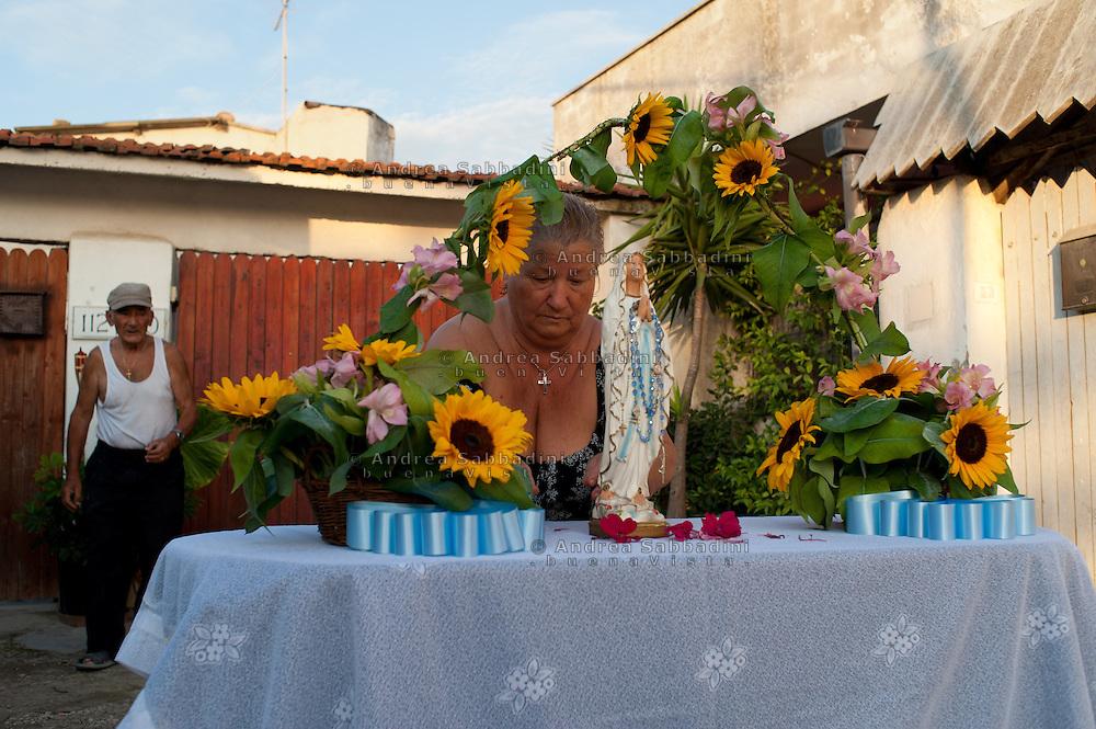 Roma, 15/08/2011: ferragosto all' Idroscalo di Ostia in occasione della festa dell'Assunta, nella foto l'altarino con la Madonna allestita dal signor Sergio, da sua moglie Rosetta e con la partecipazione della nuora e di Maria, bambina di famiglia dell'est europa - il signor Sergio all'inizio veniva all'Idroscalo a passare le estati, dal 1986 a causa dell'aumento dell'affitto della casa a Tor Sapienza dove abitava con la sua famiglia ha deciso di trasferirsi<br /> &copy;Andrea Sabbadini