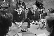 Nederland, Nijmegen, 16-3-1989Verpleegkundigen demonstreren voor betere beloning bij een partij bijeenkomst van het CDA waar premier Ruud Lubbers , minister Elco Brinkman en minister de Koning aanwezog zijn. Vertegenwoordigers van de akievoerders krijgen een onderhoud met de ministers.Foto: Flip Franssen/Hollandse Hoogte