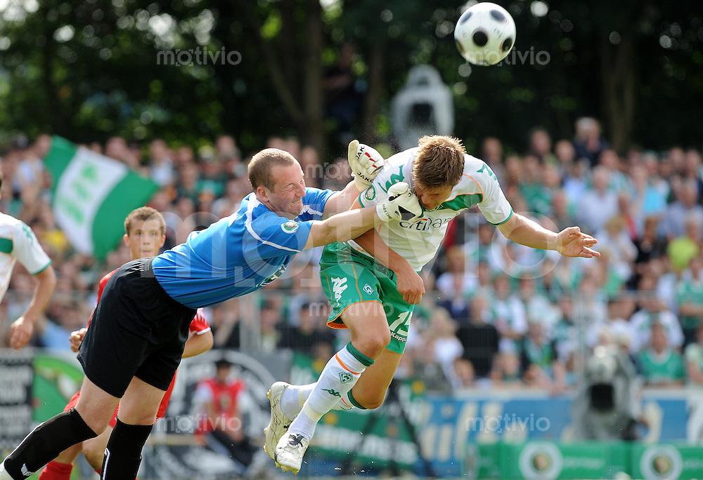 FUSSBALL   DFB POKAL 1. HAUPTRUNDE   SAISON 2008/2009 Eintracht Nordhorn - SV Werder Bremen              09.08.2008 Torwart Andre LANGE (li, Nordhorn) gegen Sebastian PROEDL (PRÖDL, BREMEN)