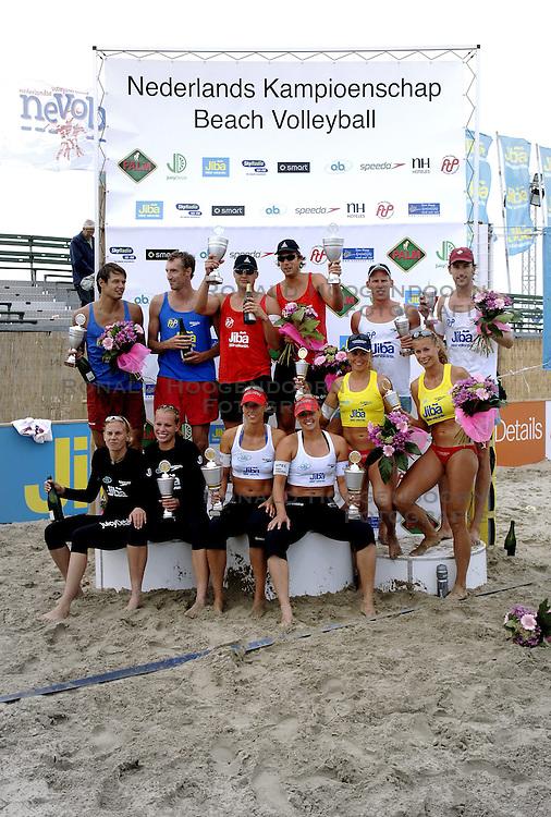 20-08-2006 VOLLEYBAL: NK BEACHVOLLEYBAL: SCHEVENINGEN<br /> Alle prijswinnaars bij elkaar. Staand vlnr: Reinder Nummerdor, Richard Schuil, Gijs Ronnes, Jochem de Gruijter, Mathijs Mast en Emiel Boersma. Zittend vlnr: Marrit Leenstra, Sanne Keizer, Merel Mooren, Rebekka Kadijk, Mered de Vries en Patricia Labee. <br /> ©2006-WWW.FOTOHOOGENDOORN.NL