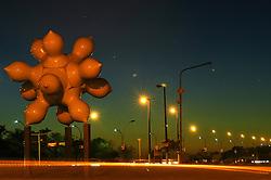 O autor da obra, Saint Clair Cemin, foi o artista homenageado na 4ª Bienal de Artes Visuais do Mercosul, ocorrida em 2003 na capital rio-grandense. Como presente aos porto-alegrenses, Cemin homenageou a cultura gaúcha representando porongos, que são frutos do porongueiro, amadurecidos e sem sementes, utilizados como cuia para chimarrão. FOTO: Jefferson Bernardes/ Agência Preview
