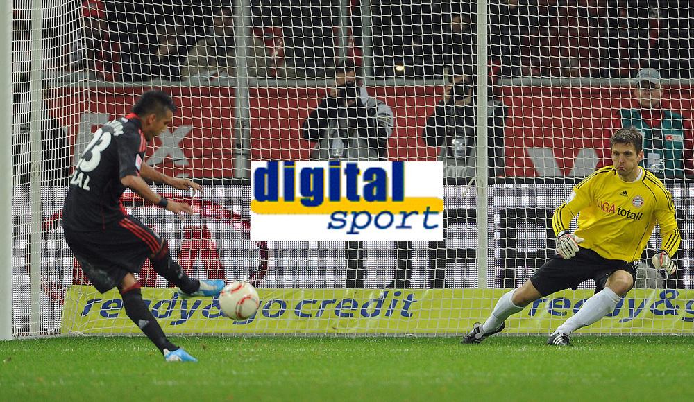 Fotball<br /> Tyskland<br /> 20.11.2010<br /> Foto: Witters/Digitalsport<br /> NORWAY ONLY<br /> <br /> 1:1 Tor, Elfmeter v.l. Artuto Vidal, Torwart Joerg Butt (Bayern)<br /> Bundesliga, Bayer 04 Leverkusen - FC Bayern München